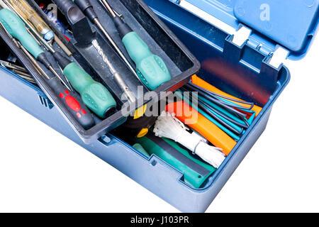 La Blue box avec des outils tournevis, marteau, perceuse, ruban de mesure sur fond blanc. Isolé Banque D'Images