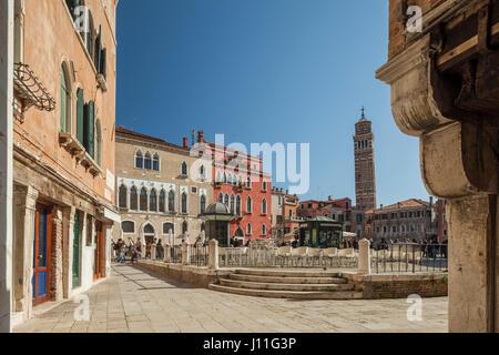 Après-midi de printemps à Campo Sant'Anzolo, Sestiere de San Marco, Italie. Banque D'Images