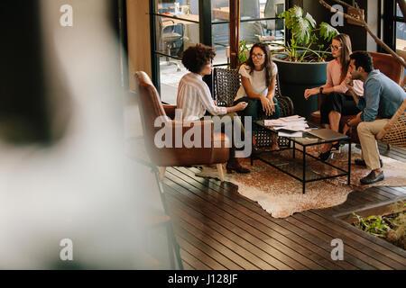 Corporate pour meeting in office lobby. Les gens créatifs de faire une réunion de réflexion dans un bureau moderne Banque D'Images