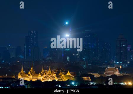Le Grand Palais à Bangkok avec Bangkok city skyscrapers at night in Bangkok, Thaïlande Banque D'Images