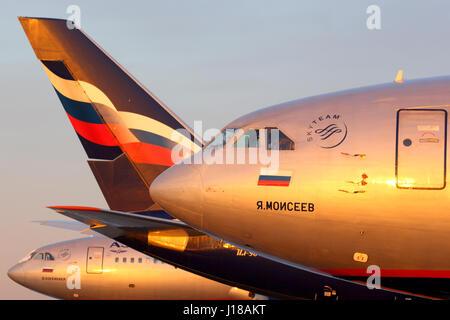 SHEREMETYEVO, RÉGION DE MOSCOU, RUSSIE - 17 MAI 2014: La ligne de l'Aeroflot Iliouchine IL-96 debout à l'aéroport Banque D'Images