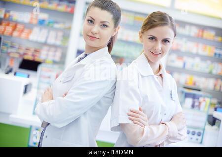 Deux pharmaciens attrayant en pharmacie Banque D'Images