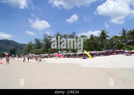 Touristes sous des parasols sur la plage de Patong, Phuket, Thahiland