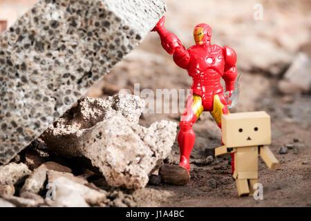 Danbo un caractère Display Case N (W/Base) courir loin de tomber masonary qui est maintenu en place par un jouet Banque D'Images