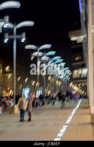 Résumé fond. Flou de mouvement intentionnel. Les gens sur la rue. Shopping Concept, marche, vie, ville moderne. Banque D'Images