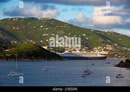 Gigantesque paquebot Queen Mary II amarré dans le port de Charlotte Amalie, St Thomas, Îles Vierges Américaines Banque D'Images