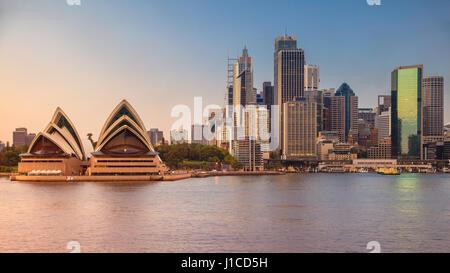 Ville de Sydney. Image de la ville et de l'Opéra de Sydney, Australie pendant le lever du soleil. Banque D'Images