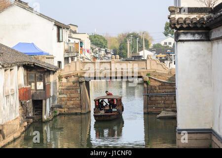 Suzhou, Chine - le 23 décembre 2016, avis de Suzhou,pont sur un cours d'eau avec des bateaux, Suzhou, Chine Banque D'Images