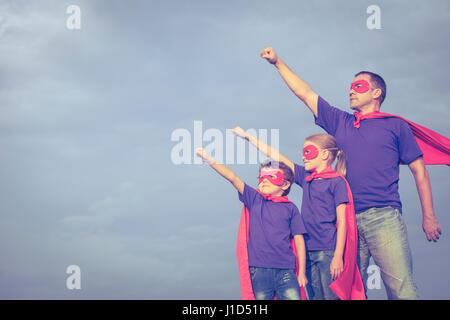 Le père et les enfants de jouer au super-héros de la journée. Les gens s'amuser à l'extérieur. Concept de famille Banque D'Images