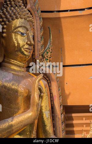 Belle statue du grand Bouddha de Wat Tham Seu, Kanchanaburi, Thaïlande Banque D'Images