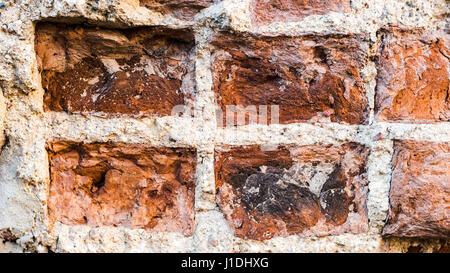 Old Vintage Distressed mur de brique rouge Texture verticale. - Rouge Brun minable Brickwall contexte urbain. La Banque D'Images
