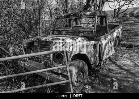 Land Rover abandonnés dans une ferme à Narrowdale, parc national de Peak District, Staffordshire, Angleterre Banque D'Images
