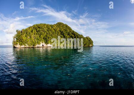 Eaux calmes entourent une île calcaire dans la République des Palaos. Ce pays tropical est une destination populaire Banque D'Images