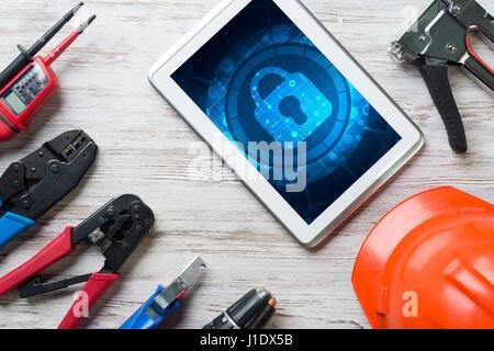 La sécurité et la technologie Web concept avec tablet pc sur table en bois Banque D'Images