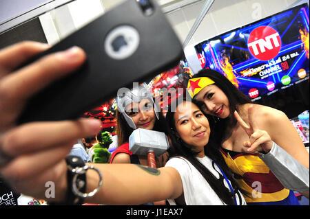Bangkok, Thaïlande. Apr 21, 2017. Un visiteur (C) pose pour une avec deux selfies cosplayeurs durant la Thaïlande Comic Con 2017 à Bangkok, Thaïlande, le 21 avril 2017. Thaïlande Comic Con 2017, un événement de trois jours qui dispose d'animations, dessins animés, jeux vidéo et autres activités connexes et des produits, a été lancé à Bangkok le vendredi. Credit: Rachen Sageamsak/Xinhua/Alamy Live News