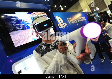 Bangkok, Thaïlande. Apr 21, 2017. Un visiteur essaye sur une réalité virtuelle (RV) périphérique de jeu au cours de la Thaïlande Comic Con 2017 à Bangkok, Thaïlande, le 21 avril 2017. Thaïlande Comic Con 2017, un événement de trois jours qui dispose d'animations, dessins animés, jeux vidéo et autres activités connexes et des produits, a été lancé à Bangkok le vendredi. Credit: Rachen Sageamsak/Xinhua/Alamy Live News