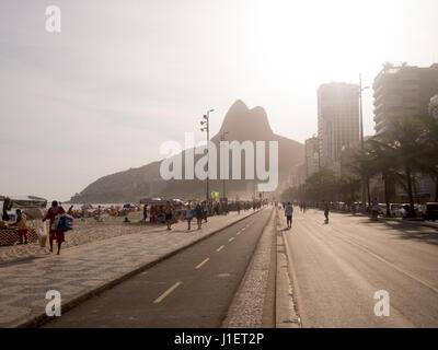 RIO DE JANEIRO, Brésil - 24 octobre 2016: profitez de la plage au coucher du soleil d'Ipanema à Rio de Janeiro Banque D'Images