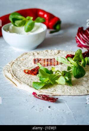 Tortilla de ricotta et de tomates séchées au soleil. Collation santé concept.