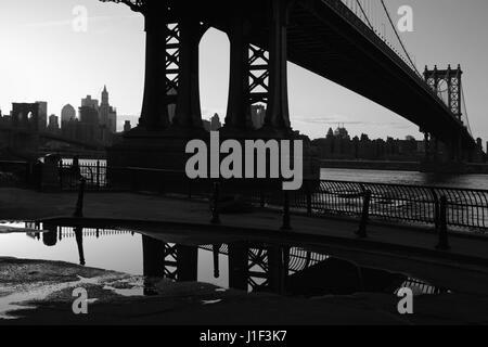 La nuit tombe à DUMBO Brooklyn, New York au coucher du soleil sous le pont de Manhattan. Monochrome, noir et blanc.