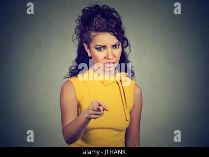Déplut femme en colère face à l'appareil photo Banque D'Images
