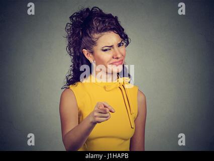 Portrait de femme en colère face à l'appareil isolé sur fond gris Banque D'Images