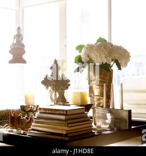Des antiquités et des tas de livres sur la table. Banque D'Images
