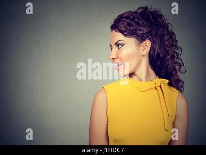 Profil de côté d'une belle femme isolé sur fond gris Banque D'Images