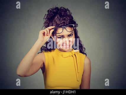 Sceptique en jaune douteux femme robe à penser à vous avec désapprobation Banque D'Images