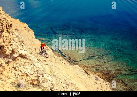 Équitation, vélo de montagne en été sur les montagnes et la mer d'inspiration paysage. Vélo homme VTT enduro trail Banque D'Images