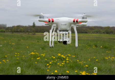 DJI Phantom drone passe-bas fait plus de terres agricoles Banque D'Images