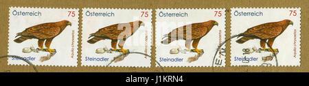 GOMEL, BÉLARUS, le 20 avril 2017. Timbres en Autriche montre image de l'Aquila chrysaetos, vers 2010. Banque D'Images