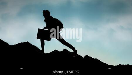 Silhouette de personne d'affaires marche sur mountain against sky