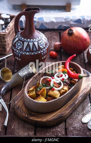 Ojaxuri, rôti de porc et pommes de terre à l'oignon et les graines de grenade. Vue d'en haut Banque D'Images