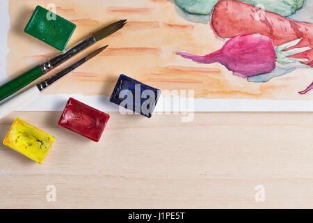 Still Life peinture aquarelle. Des légumes sur la table de la cuisine. Le pinceau et la peinture dans les cuvettes Banque D'Images