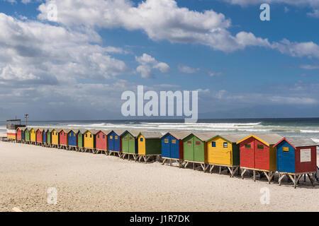 Maisons colorées avec ciel nuageux, Muizenberg, Western Cape, Afrique du Sud Banque D'Images