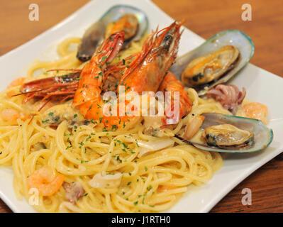 Les pâtes spaghetti aux crevettes et palourdes Banque D'Images