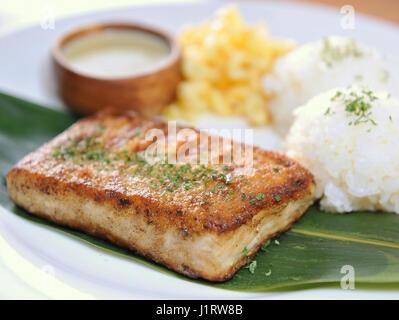 Assiette de riz avec filet de poisson frit Banque D'Images
