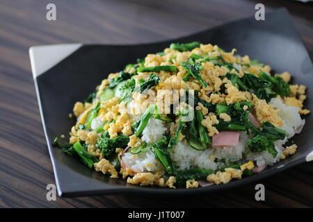 Assiette de riz avec légumes et oeufs Banque D'Images