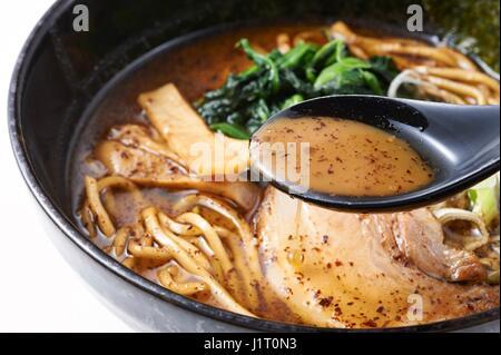 Soupe aux nouilles ramen avec du chou blanc et noir à bol Banque D'Images