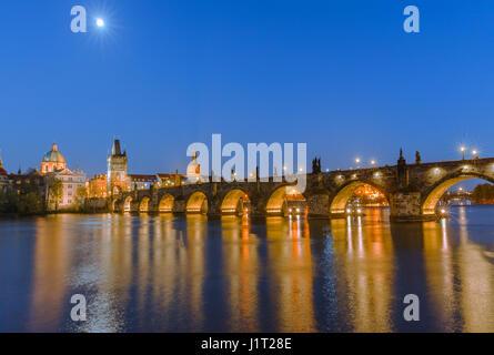 Le célèbre pont Charles au coucher du soleil à Prague en République Tchèque Banque D'Images