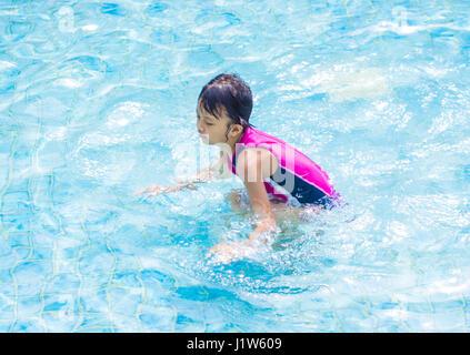 Asian Kid (fille) dans la piscine Banque D'Images