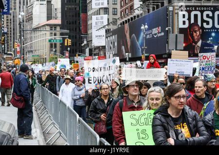 New York, USA. 22 avril 2017 Des milliers de manifestants à partir de mars l'Upper West Side de Times Square à la Banque D'Images