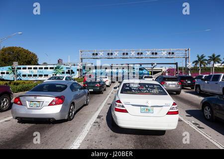 Hollywood, FL, USA - Le 21 mars 2017: Voitures attente pour un train qui passait par à un passage à niveau à Hollywood. Banque D'Images