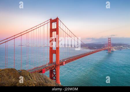 Classic vue panoramique de célèbre Golden Gate Bridge vu depuis la batterie Spencer vue dans très beau post twilight Banque D'Images