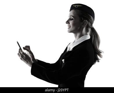 Une hôtesse de l'équipage de cabine de race blanche femme au téléphone isolé sur fond blanc en silhouette