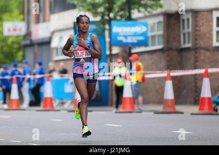 Londres, Royaume-Uni. 23 avril, 2017. Tigist Tufa de l'Éthiopie, qui a terminé 8e dans l'épreuve féminine, près de la moitié de la Virgin Money 2017 Marathon de Londres à Shadwell. Credit: Mark Kerrison/Alamy Live News