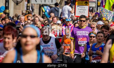 St Jame's Park, Londres, UK. 23 avr, 2017. Des milliers de personnes prennent part à la 37e marathon de Londres: crédit Alan Fraser/Alamy live news
