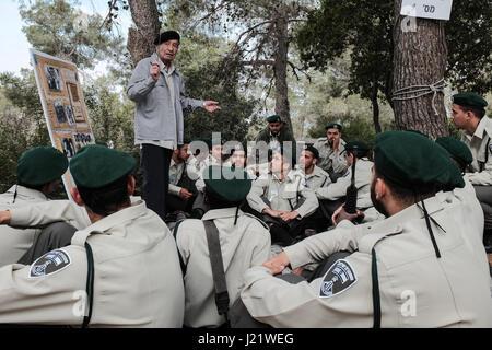 Kisalon, Israël. 24 avril, 2017. Survivant de l'Holocauste allemand né LEV ELIEZER SION, 92 mémoires, formation Banque D'Images