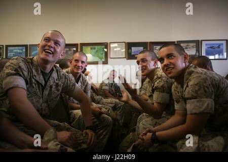 ROYAL AUSTRALIAN AIR FORCE BASE, Darwin - Marines des États-Unis avec 3e Bataillon, 4e Régiment de Marines, la Force de rotation Maritime Darwin 17.2 (MRF-D), de partager son enthousiasme d'être en Australie, le 18 avril 2017. Plus de 200 Marines américains sont arrivés dans le cadre de la première vague de MRF-D personnel. Un total de 1250 Marines devraient participer cette année à la rotation. (U.S. Marine Corps photo par le Sgt. Emmanuel Ramos)