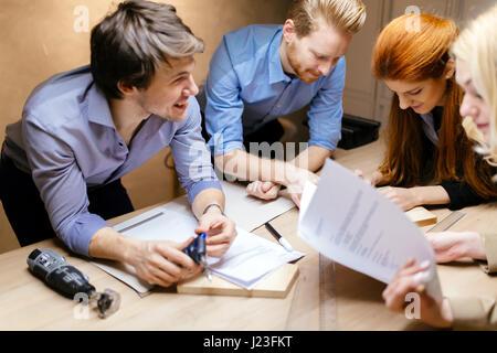 Les travailleurs créatifs de la conception et de rabotage ensemble en atelier Banque D'Images